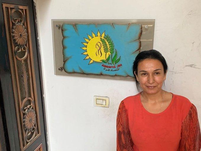 أرمانج أحمد، وهي مديرة جمعية (اقتصاد المرأة) في شمال شرق سوريا، فهي خارج مكتبها في القامشلي والصورة مأخوذة من قبل الكاتبة.