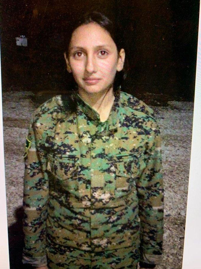 هيلين، وهي من الأقلية التركمانية السورية، تقف لالتقاط صورة لأجل الكاتبة وهي مدافعة صريحة عن حقوق المرأة وعضو في وحدات حماية المرأة