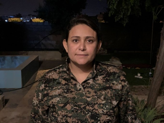 ليلوة عبد الله، امرأة عربية من مدينة دير الزور، وتشغل منصباً قياديّاً في قوات سوريا الديمقراطية وقد نجت من محاولات اغتيال متعددة والصورة مأخوذة من قبل الكاتبة.