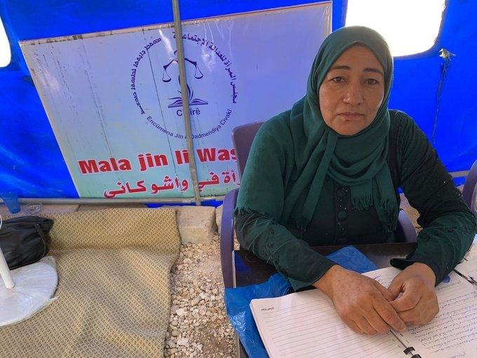 بعد الفرار من رأس العين بسبب عملية (نبع السلام)، أعادت آسيا محمد حبشيو إنشاء الملجأ في خيمة في مخيم (واشوكاني) للنازحين وقد التُقطت هذه الصورة من قبل الكاتبة في سوريا، في شهر أيلول من عام 2020.